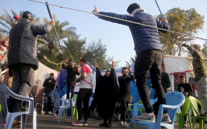 Noored iraaklased Bagdadis Soleimani surma tähistamas.
