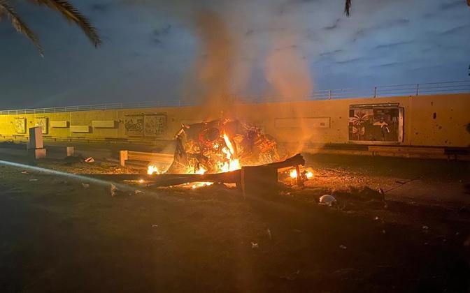 Põlev sõiduk Bagdadi rahvusvahelise lennujaama juures, kus Qasem Soleimani rünnakus hukkus.
