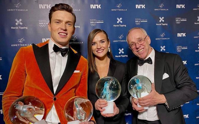 Karsten Warholm tüdruksõbra Oda Djupviki ja treener Leif Olav Alnesi ning võidetud auhindadega.