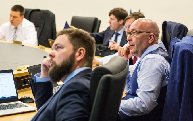 Ministrid kliima- ja energiakomisjoni koosolekul. Paremal Arvo Aller.