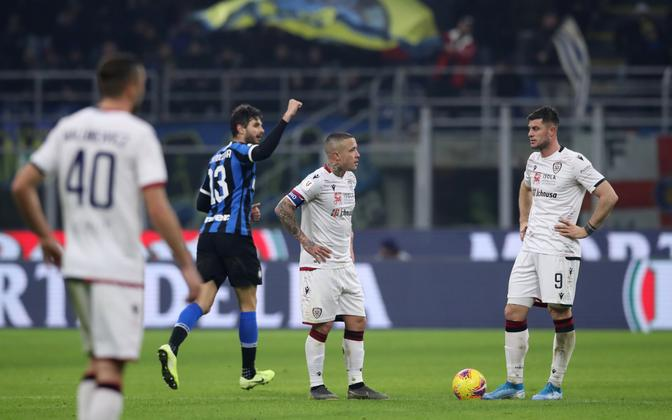 Andrea Ranocchia rõõmustab värava üle Cagliari mängijate keskel.