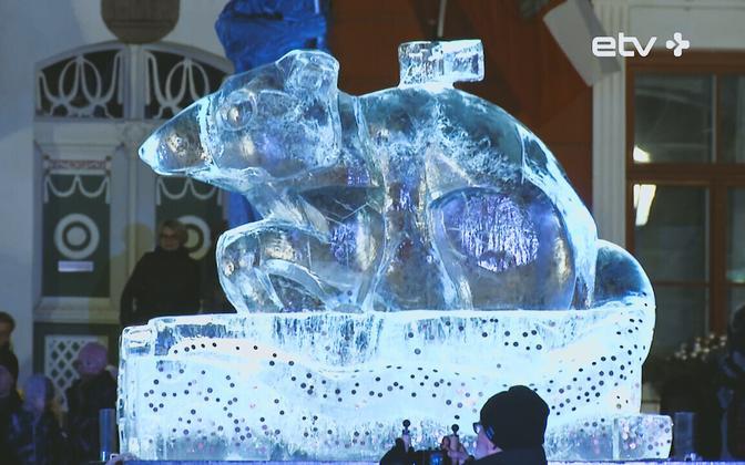 Ледяная скульптура крысы в Тарту в 2020 году.
