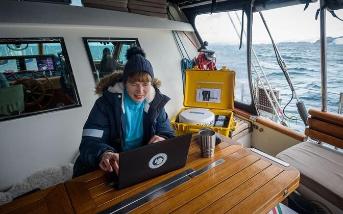 President Kersti Kaljulaid aboard the Admiral Bellingshausen, in Antarctica, digitally signing the honors list.