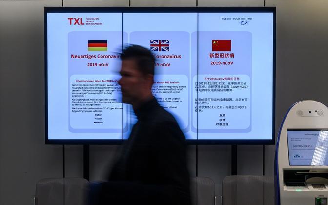 Koroonaviirusest teavitav infoekraan Berliini Tegeli lennujaamas
