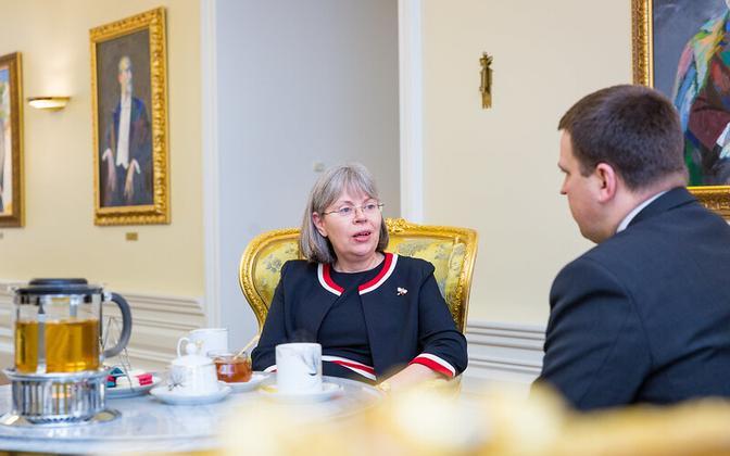 The United Kingdom's Ambassador to Estonia, Theresa Bubbear, with Estonian Prime Minister Jüri Ratas.