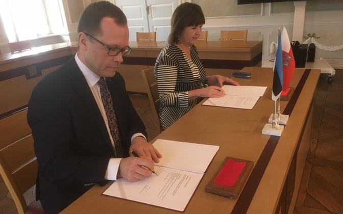 Urmas Klaas and Heljo Pikhof singing the coalition treaty.