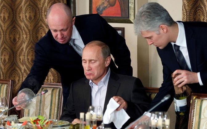 Jevgeni Prigožin (vasakul) ja Vladimir Putin 2011. aastal välisteadlaste ja ajakirjanike õhtusöögil.
