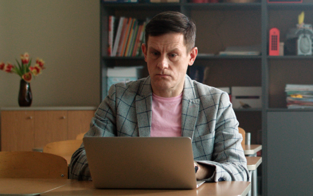 Estonian actor Jan Uuspõld completing Vikerraadio's e-dictation exercise.