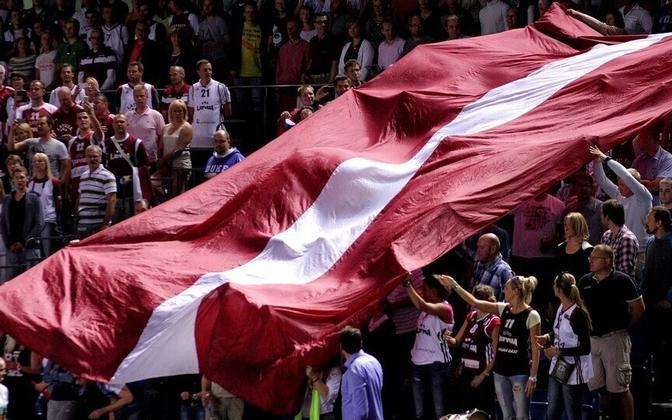 Lätlased oma lipuga.