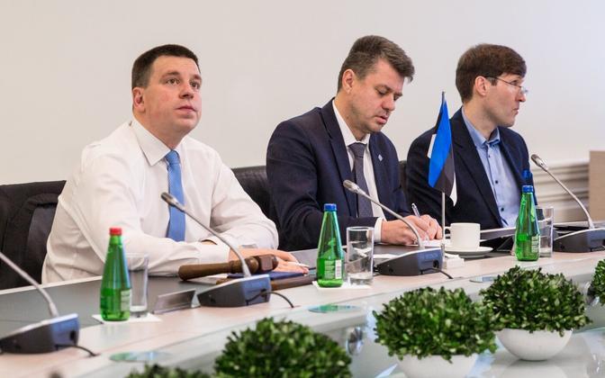 Премьер-министр Юри Ратас, министр иностранных дел Урмас Рейнсалу и министр финансов Мартин Хельме.