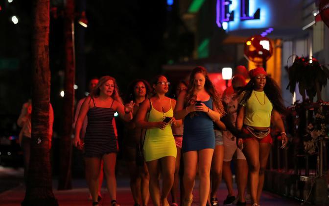 Noored Miami Beachil 18. märtsil, kui võimud olid koroonaviiruse tõttu just piiranguid kehtestanud.