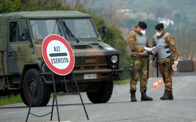 Itaalia sõdurid eriolukorda kehtestamas.