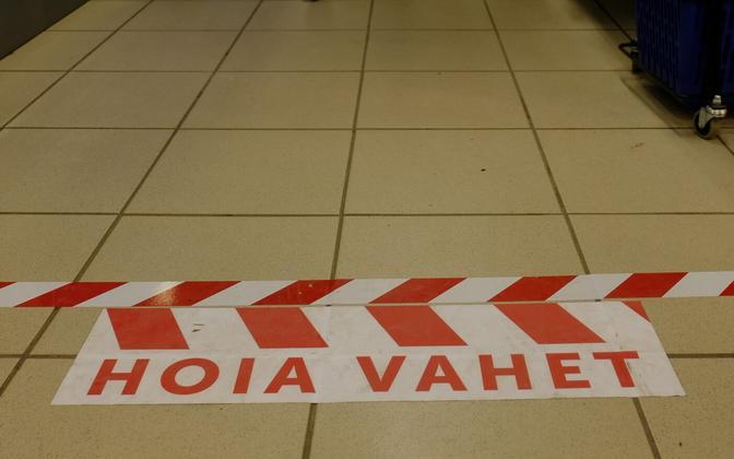 Предупреждение в магазине о необходимости соблюдать дистанцию.