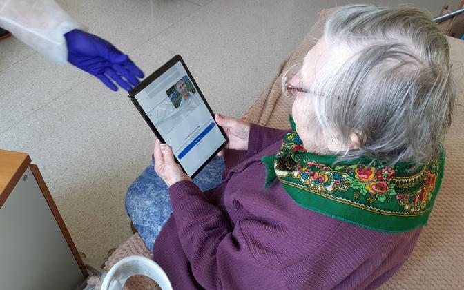 Saaremaa hooldekodude elanikud saavad lähedastega suhelda tahvelarvutite vahendusel.
