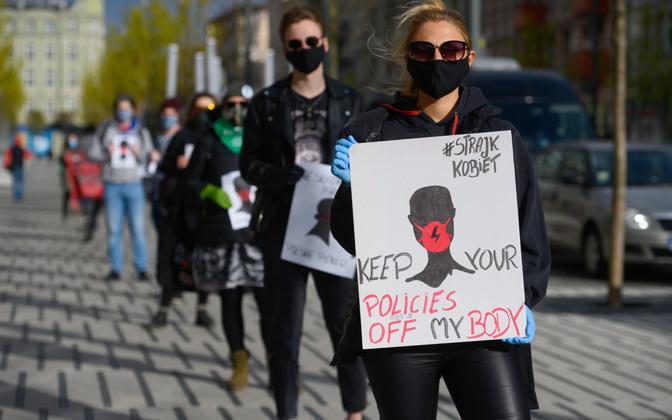 Abordikeelu plaanide vastu protestijad pidid koroonapiirangute tõttu hoidma nõutud distantsi.