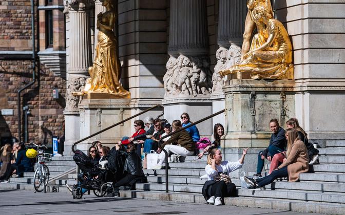 Stockholmi elanikud 15. aprillil kuningliku draamateatri treppidel päikest nautimas.