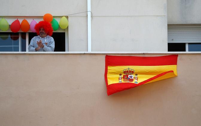 Lõuna-Hispaania Ronda elanik oma rõdul meedikute toetuseks plaksutamas