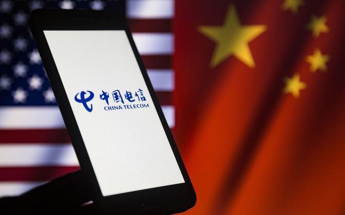China Telecom Americase logo USA ja Hiina lippude taustal.