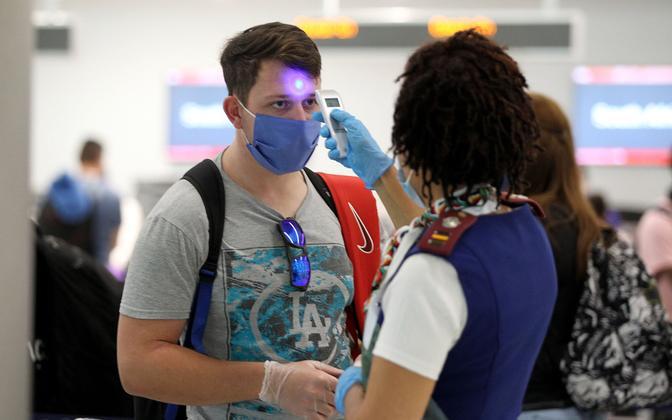 Lennureisija kehatemperatuuri mõõtmine Miami lennujaamas.