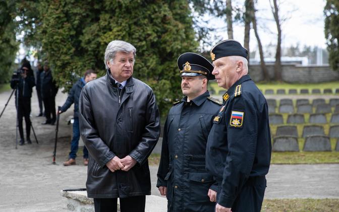 Один из снимков, на котором посол РФ Александр Петров не соблюдает социальную дистанцию.