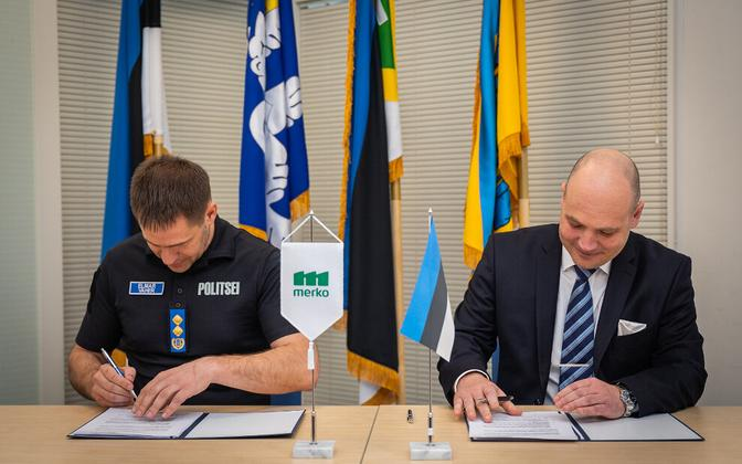 PPA Director General Elmar Vaher and Merko Ehitus Eesti board chairman Ivo Volkov signing the agreement on Tuesday. May 12, 2020.