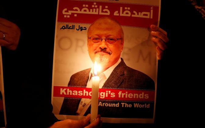 Protesteerija Jamal Khashoggi pildiga.