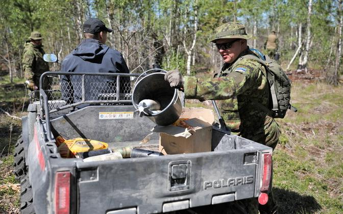 EDF personnel in this week's ordnance disposal drive at the EDF's central polygon in Lääne-Viru County.