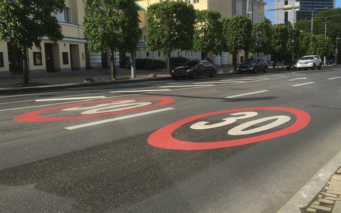 Знаки ограничения скорости в 30 км/час в центре Таллинна.