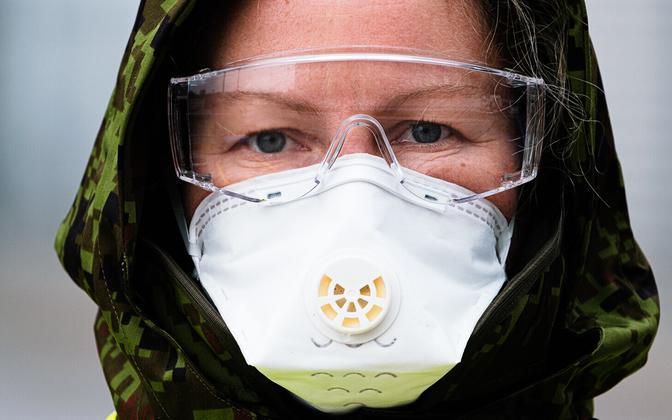 Человек в защитных маске и очках.