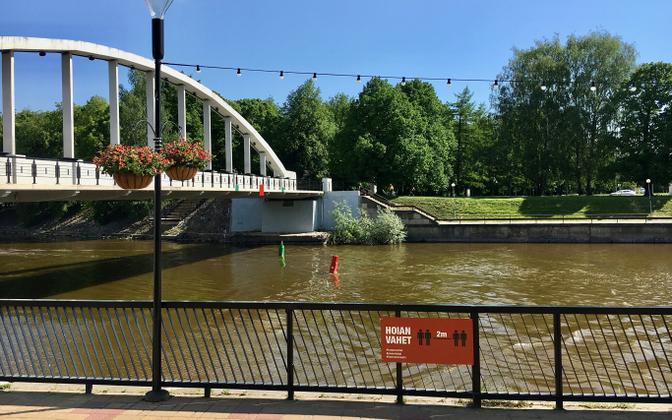 Social distancing sign in Tartu by Kaarsild bridge.