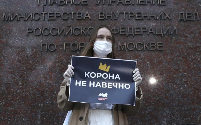 Meeleavaldaja Vene siseministeeriumi ees plakatiga