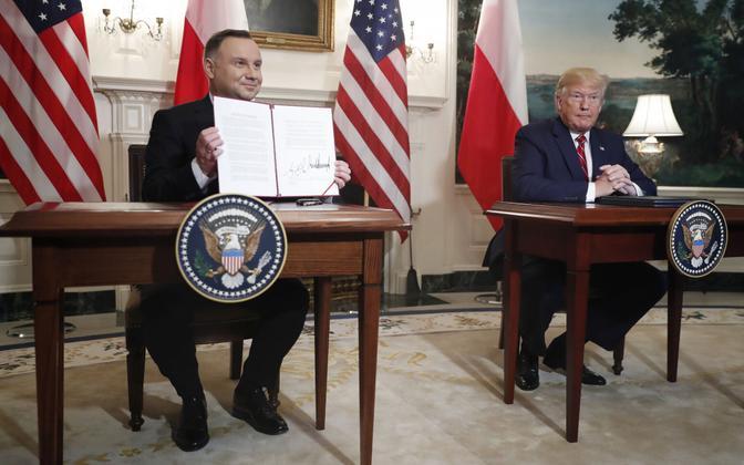 Poola president Andrzej Duda ja USA president Donald Trump Valges Majas eelmise aasta 12 juunil, pärast kokkuleppe alla kirjutamist, millega Poola ostab USA-lt hävitajaid F-35 ja USA lubas suurendada oma vägede kohaloolekust Poolas.