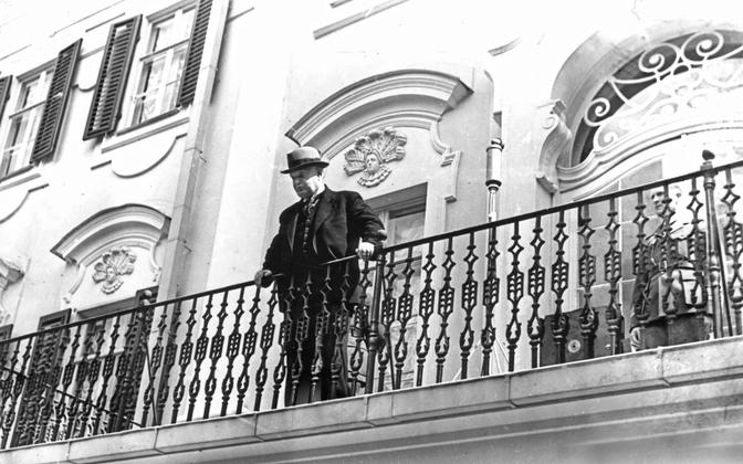 President Konstantin Päts looks down on protesters on the balcony of the Palace of Kadriorg. Three hurrays for comrade Stalin have just sounded . JUne 21, 19340, approximately 1.15 p.m.