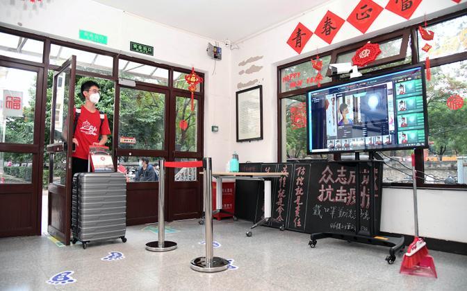 Pekingi ülikoolis mõõdetakse tudengite kehatemperatuuri.