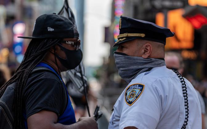 New Yorgi politseinik vastakuti meeleavaldajaga.