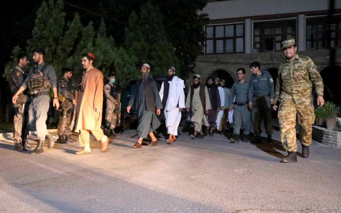 Afganistani võimude vabastatud Talibani võitlejad.