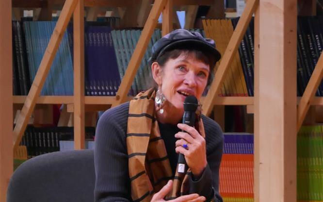 Kirjaniku ja tõlkija Nancy Hustoni ütlustes on tunda püssirohulõhna. Nancy Huston 2017. aastal Frankfurdi raamatumessil.
