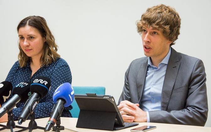 Social affairs minister Tanel Kiik with acting Health Board chief Mari-Anne Härma.