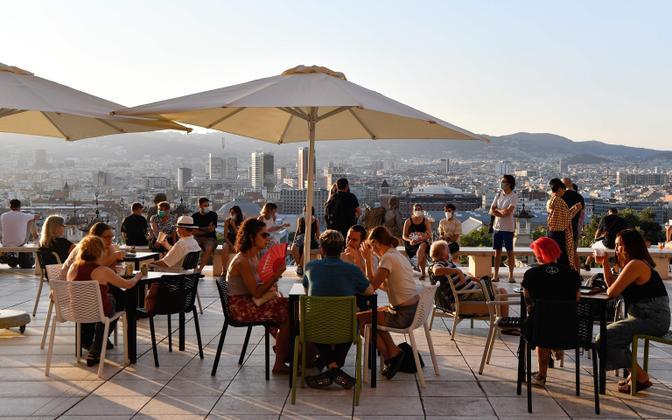 Inimesed vabaõhukohvikus Barcelonas, kus kohalik võim sulges nädalavahetusest kõik ööklubid.