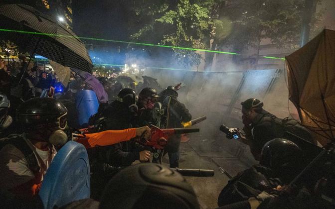 Rahutustes osalejad Portlandi föderaalhoonet ründamas.