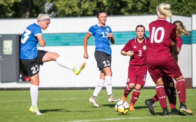 Женская сборная Эстонии по футболу в поединке с Латвией в 2018 году.