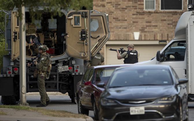 USA politseinikud Texases Cedar Parkis kolme võimukandjat tabanud tulistajat kinni võtmas.