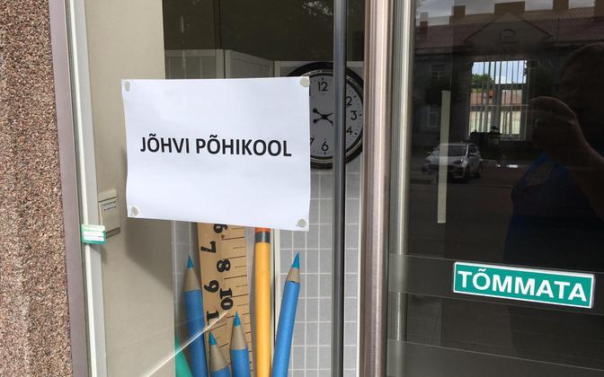 A sign on the door at Jõhvi Basic School in Jõhvi.