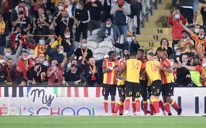 Lensi mängijad ja poolehoidjad väravat tähistamas