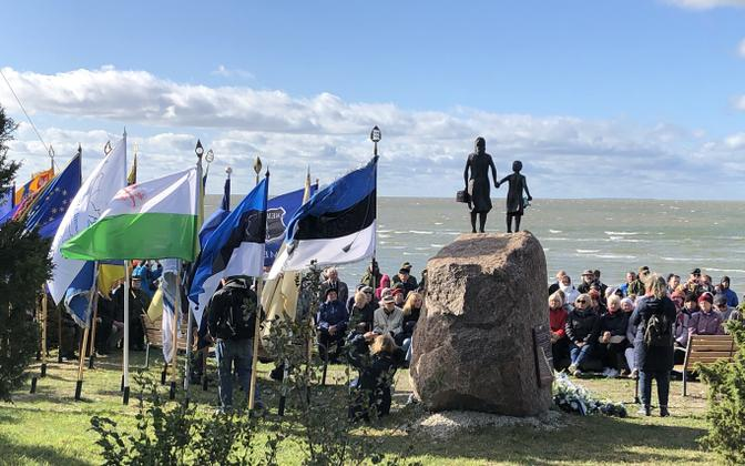 The statue commemorating those who fled in 1944 at Puise in Lääne County.