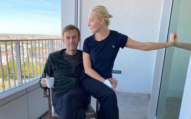 Aleksei Navalnõi koos oma abikaasa Juliaga Berliini Charite haigla rõdul.