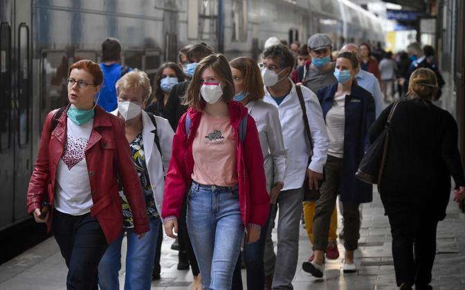 Inimesed Tšehhis raudteejaamas.