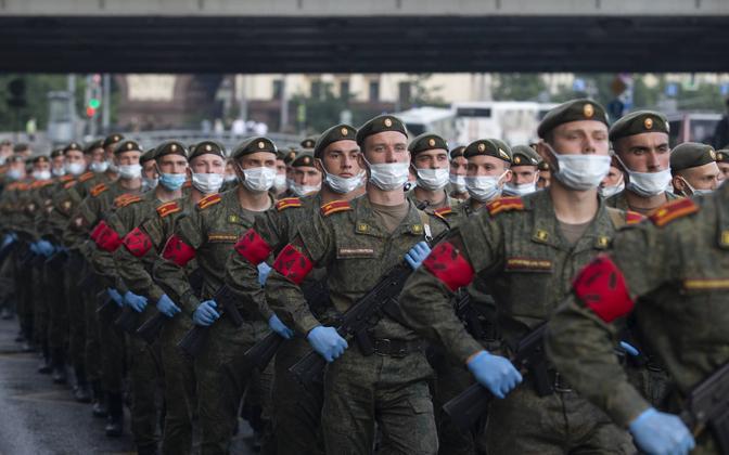 Kummikinnaste ja maskidega varustatud Vene sõdurid suvel paraadiks harjutamas.