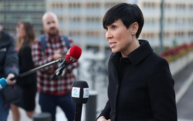 Norra välisminister  Ine Marie Eriksen Soreide teisipäeval ajakirjanikele häkkimisest rääkimas.