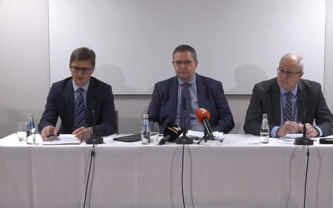 Riigikohtunik Ivo Pilving, riigikohtu esimees Villu Kõve ja riigikohtunik Heiki Loot pressikonverentsil
